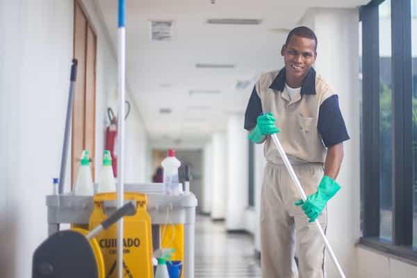 Una empresa de limpieza contratada que cumple con los derechos de los trabajadores