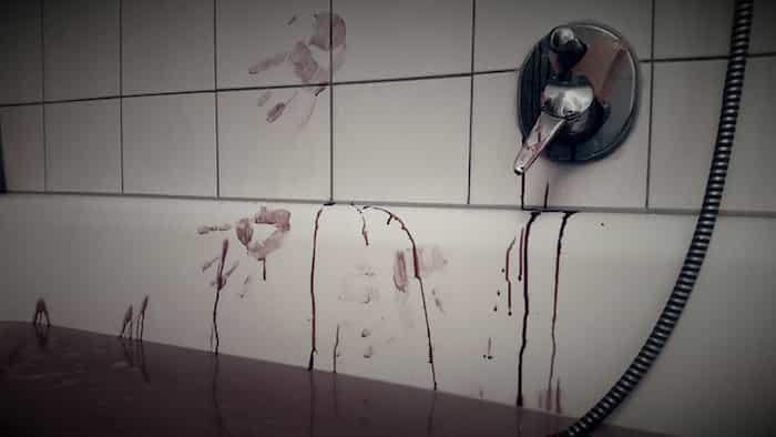 Manchas de un crimen en una bañera para limpiar