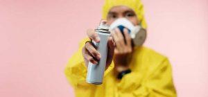 Profesional de limpieza con un desinfectante