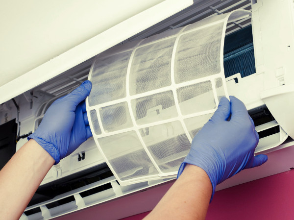 Limpieza delos filtros del aire acondicionado para quitar el mal olor